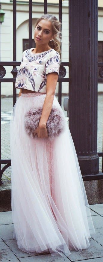 Princess gala look: crop top, tulle maxi skirt, fluffy bag.