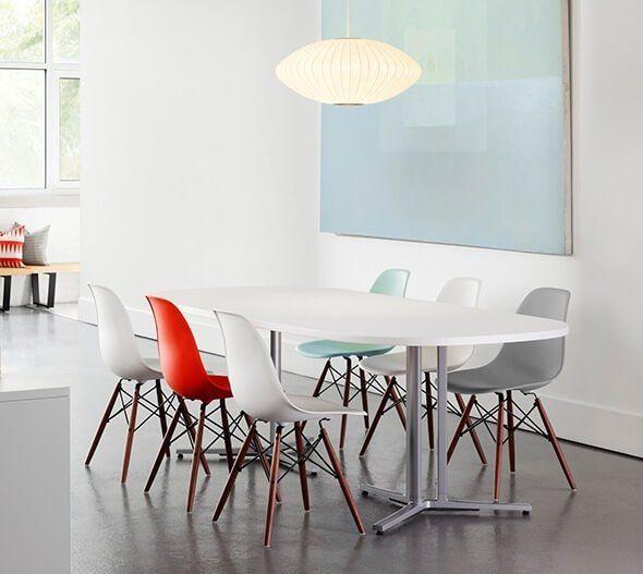 7 dicas para Escolher as Cadeiras da Mesa de Jantar - Mesa Branca com pés de metal. Cadeiras Eames DSW Branca, Vermelha e Azul Bebe. Piso cinha.