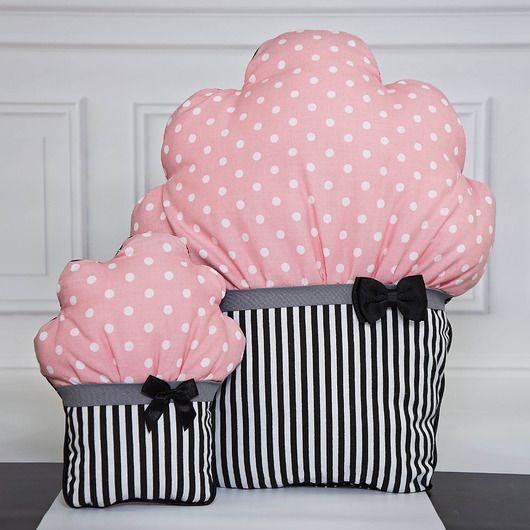 Przedmiotem  sprzedaży są  cukierkowe poduszki.  Jest to zestaw dwóch  dekoracyjnych  poduszek w kształcie  mufinek, o  kolorystyce różu i  czerni.  Komplet tych  słodkich poduszek  każdemu wnętrzu doda  niezwykłego  charakteru. Idealne  do pokoju  dziecinnego. Wiele  moich projektów  pod...