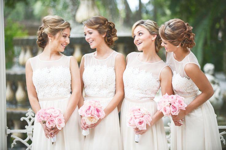 Быть подружкой невесты — это не только честь, но и множество обязанностей, и чем масштабнее торжество, тем их больше. Мы решили помочь подружкам невесты и рассказать о том, что ждет ихв этой волнительной роли.