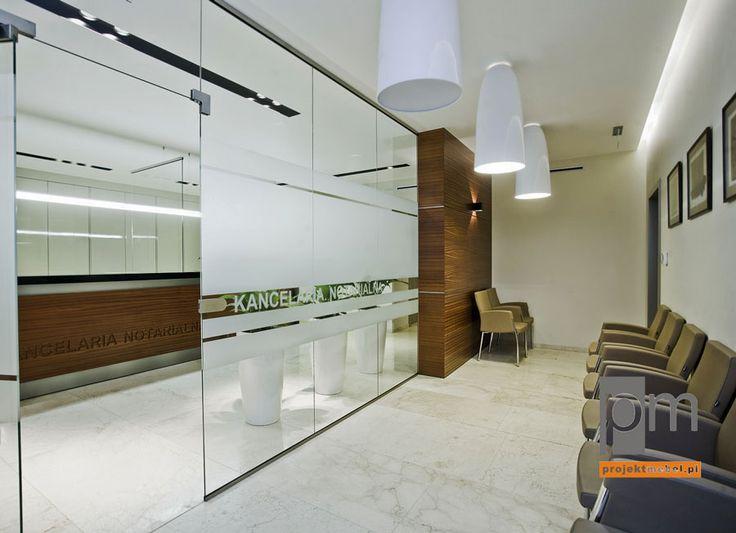 Wejście do kancelarii to nie tradycyjne ciężkie drzwi, lecz bezramowy system szklanych płyt. Takie rozwiązanie dzieli przestrzeń, ale jej nie separuje, dzięki czemu wszystkie strefy biura pozostają integralną całością. http://www.projektmebel.pl/meble-biurowe-do-kancelarii--od-drzwi-do-biurka