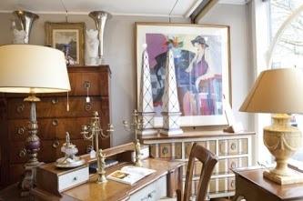 """Interieur winkel, met aan de muur zeefdruk """"Anne Marie"""" van Itzchak Tarkay."""