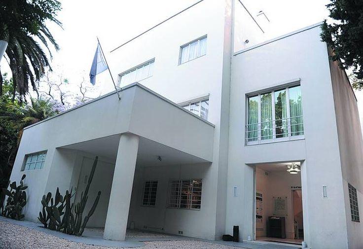 La casa de Victoria Ocampo en la calle Rufino de Elizalde, en Palermo, es la…