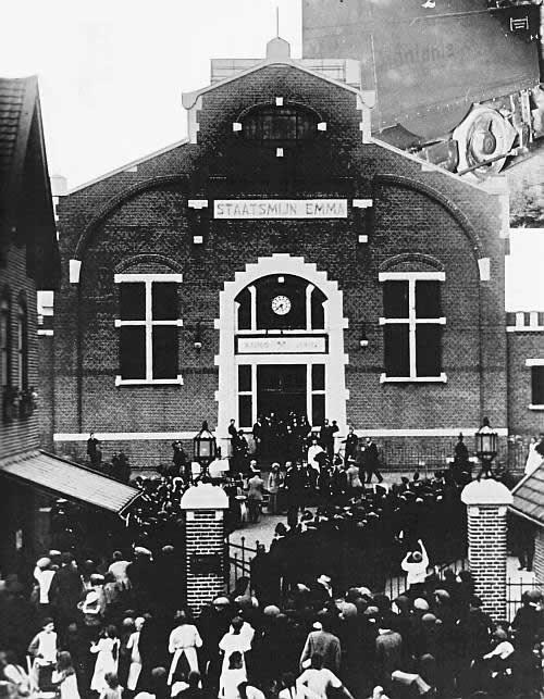 Bezoek van Koningin Wilhelmina aan de Staatsmijn Emma in 1917.