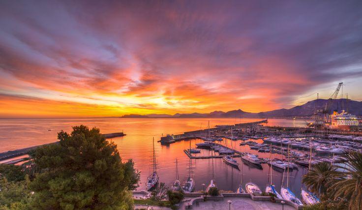 Coucher de soleil sur le port de Palerme, Italie. #croisière #croisierenet.com #voyage #Palerme #italie #croisièreméditerannée