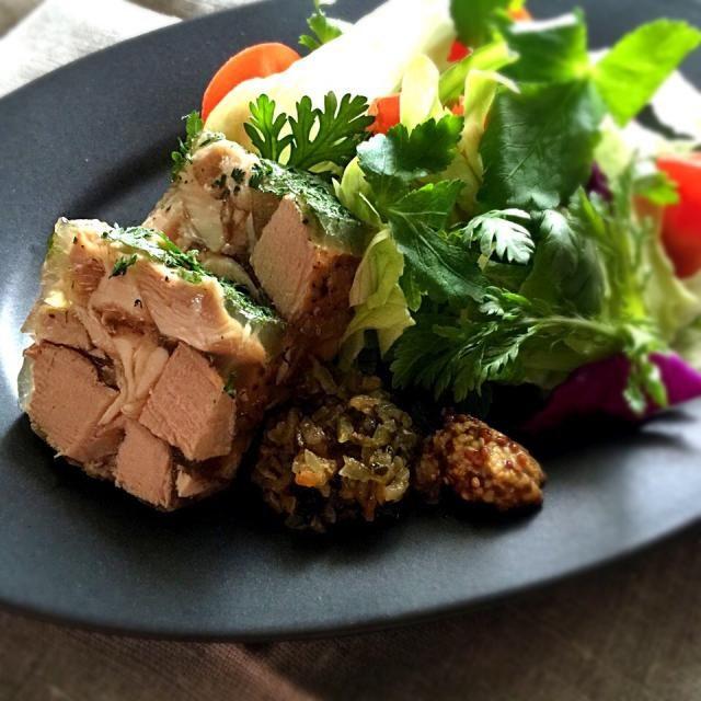日本では煮こごり、彼方の街ではゼリー寄せ。 テリーヌ型に詰め、テリーヌ、パテとなる。 作り置きのヘレコンと蒸し鶏にて。 粉末の野菜スープ、蒸し鶏のスープとで板ゼラチンで固めるだけのお手軽版٩(ˊᗜˋ*)و ゴロゴロのヘレコン、裂いたったバードは実に柔らかい。 ナイフの出番は無し。 てっぺんには、パセリを散らす。 肉やハムのジェリーにはパセリがA✨ 身体にもA sakurakoさん、お呼びたてはスルーくださいね。 こんなヘレコンも好きで〜す 今回のヘレコンは炊飯器です。 ゼリー液は、スープ200㏄に板ゼラチン5㌘ - 276件のもぐもぐ - ヘレコン、チキンのゼリー寄せ。 by tata3