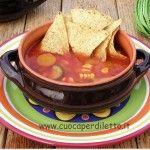 Zuppa di verdura messicana con tortilla chips