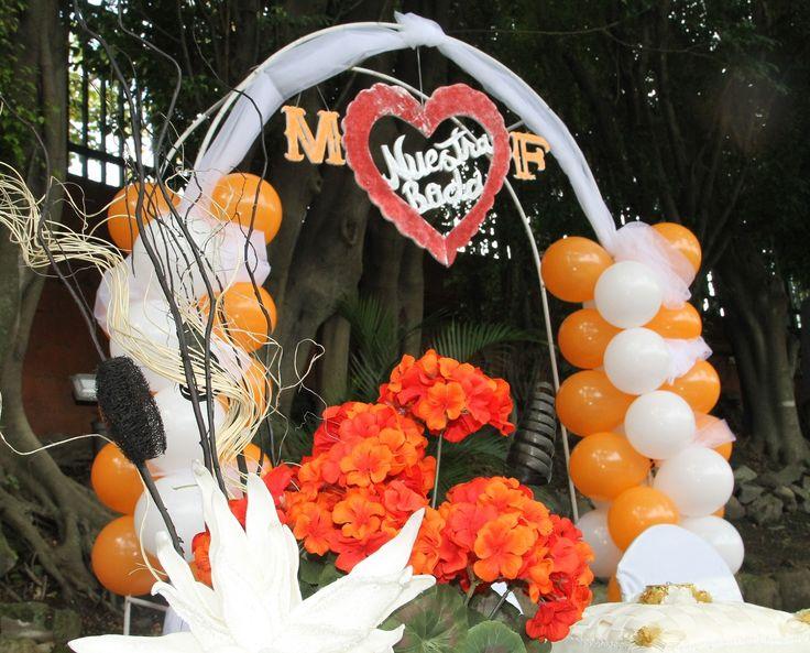Mi ceremonia fue al aire libre; un arco decorado con globos blancos y naranjas con tela de puntos y letras de esteroifoam. Se ve bello ,no creen?