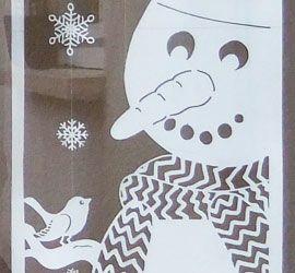 """Heute komme ich endlich dazu euch die """"Fortsetzung"""" zu meiner Halloween-Türdekoration zu zeigen: Meine Winter-Türdeko 🙂 Sie ist ebenfalls aus Fotokarton hergestellt, 180cm hoch und 30cm breit. Durch den oberen Teil mit den aufgehängten Schneeflocken kann man sie allerdings leichter auf die individuell erforderliche Höhe anpassen… Und wer für eine so große Deko keine Verwendung …"""