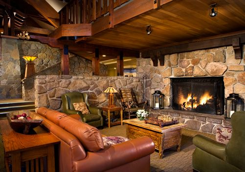 The Mammoth Mountain Inn is conveniently located ski in ski out at the Mammoth ski resort. This Mammoth Mountain hotel provides simple hotel rooms as well as condos for families or groups.