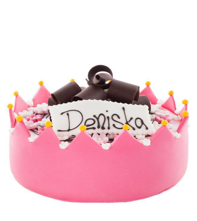 Dětský dort č.17 Dětský dort obalovaný růžovým fondánem, dozdoben korunkou z fondánu, vykrajovátky, cedulkou s nápisem.