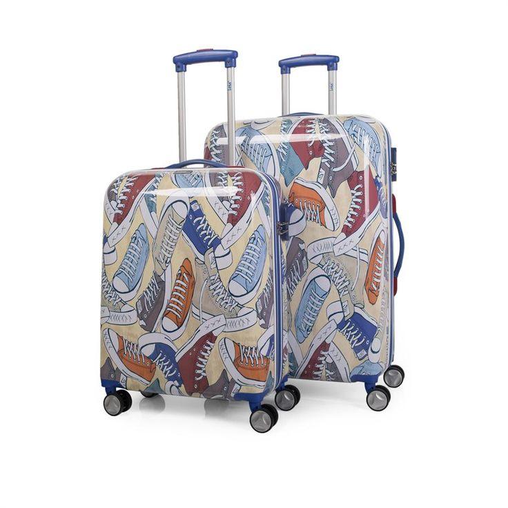 Set de dos trolleys tamaño 50/60 de la firma LOIS. Con 4 ruedas giratorias y mango telescópico y forro interior. Los dos tamaños disponen de una asa superior y asa lateral adicional en el tamaño de la maleta grande. Con cremallera de doble cursor y cerradura de combinación. La maleta pequeña, que es una CABINA LOW COST, 38x55x20cm y pesa 2,80 Kg. La maleta grande mide 44x70x25cm y pesa 3,90 Kg. El material es de POLICARBONATO.   Material: ABS/Policarbonato /Interior:Nylon Medidas: 50/60