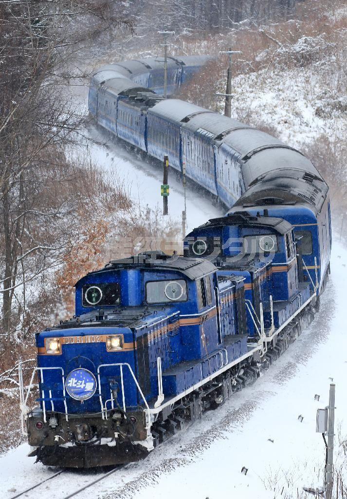 有珠駅近くの撮影スポット、通称「S字」には連日多くの鉄道ファンが訪れる=2015年1月19日、北海道伊達市(鈴木健児撮影) ▼4Feb2015SankeiBiz|寝台特急「北斗星」引退…さまざまな思い 旅人乗せ、青く輝き続けた27年 http://www.sankeibiz.jp/express/news/150204/exg1502041500002-n1.htm #北斗星 #Hokutosei ◆Hokutosei - Wikipedia http://en.wikipedia.org/wiki/Hokutosei