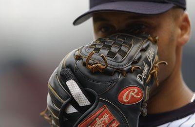 Derek Jeter con su guante Rawlings de 11.5 pulgadas. Los guantes en las reglas del béisbol. Tipos según la posición defensiva, dimensiones, fabricación