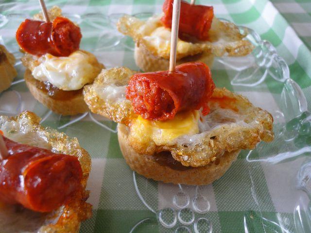 Pintxo de txistorra y huevo. Ver receta: http://www.mis-recetas.org/recetas/show/41174-pintxo-de-txistorra-y-huevo