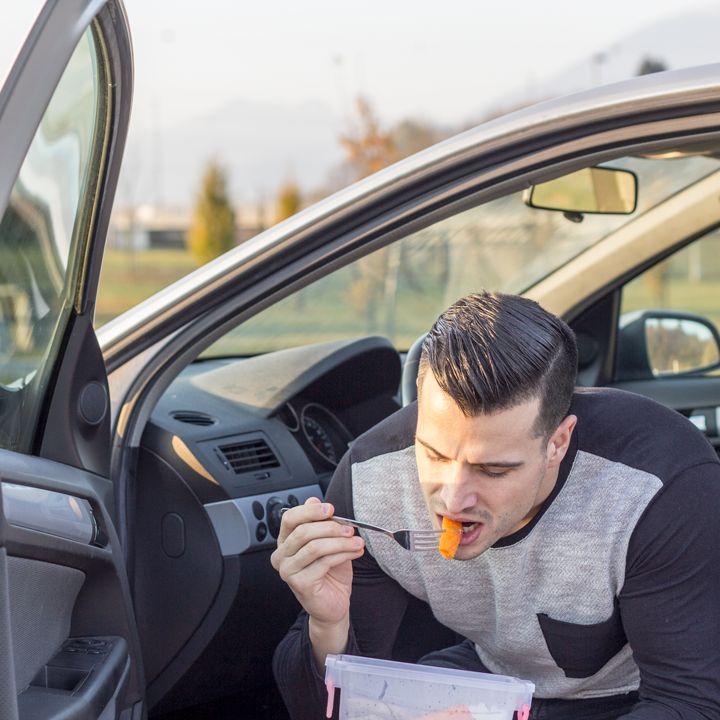 Der frühe Vogel fängt den Wurm 🐥 😄   Auch wenn man keine Zeit für eine reichhaltige und nährstoffreiche Mahlzeit hat, kann man mit ein bisschen Organisation und Planung für einen gesunden Snack sorgen! (y) Mein heutiger Snack: Karotten, Paprika, Gurken und Oliven 👌  Was ist dein Lieblingssnack für unterwegs? Bereitest du ihn zu Hause zu oder holst du dir deine Snacks im Supermarkt/ in der Mensa/ am Automaten,...? 😊