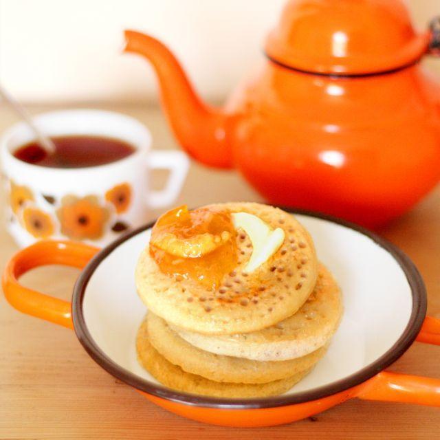 みなさん、イギリス発祥のパンケーキがあるのはご存知でしょうか?その名も「クランペット」!日本ではあまり有名ではありませんが、これがモチモチでおいしいらしいんです!表面はカリカリ、中はもっちりとした食感が楽しめるとあって人気のよう。本場イギリスでは、朝食やティータイムの定番メニューとして親しまれているそうです!