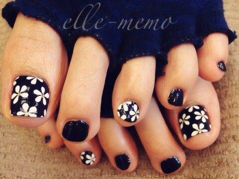 Pretty pedicure: black polish with white daisies