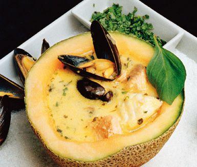 Denna fisksoppa med thailändsk touch serverad i melonskal gör garanterat succé på din fest. Fisk, musslor, kokosmjölk och currypaste ger mycket smak tillsammans med citrongräset, vitlöken och ingefäran. Soppan garneras med basilika och koriander.