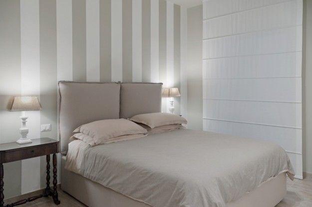 Camera da letto nelle tinte chiare - Piccola camera arredata con colori tenui e sofisticati.