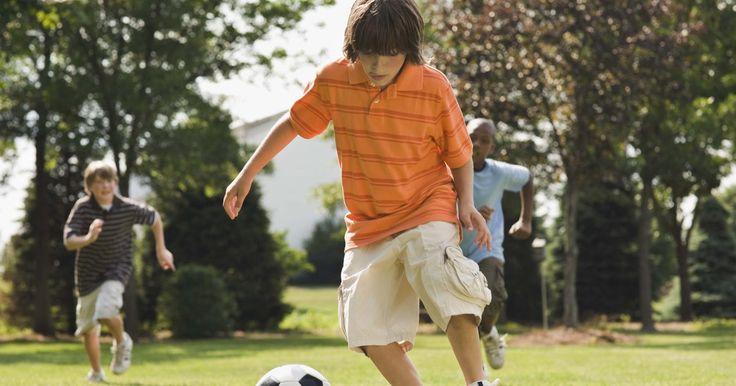 """Ideas para un cumpleaños deportivo para un niño de 11 años. Tu hijo cumple 11 años y, como un preadolescente, no quiere un cumpleaños que pueda ser considerado como """"cosa de niños"""". Mantener entretenido un grupo de adolescentes puede ser desafiante, pero una fiesta deportiva soluciona este problema, ocupando a los niños con juegos y actividades a lo largo de la fiesta. Concéntrate en el deporte o el equipo ..."""