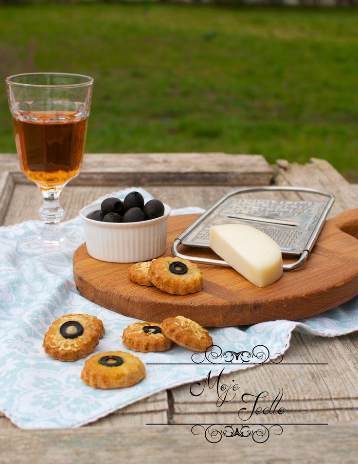 Hľadáte pod zub i niečo slané? Tu sú – skvelé tvarohové pagáčiky s olivami a syrom. Ak olivy nemáte radi, pokojne ich vynechajte, prípadne použite mandle, či lieskovce. Sú skvelé 🙂 A nielen na Silvestra 🙂 Potrebujeme: 250 g tvarohu 250 g hladkej celozrnnej špaldovej múky 230 g rozpusteného masla 4 lyžičky soli 1 lyžička… Continue reading TVAROHOVÉ PAGÁČIKY S OLIVAMI A SYROM