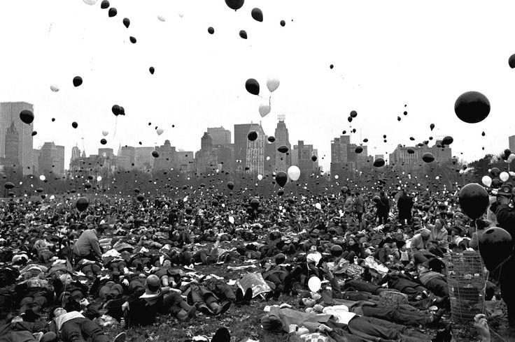 IlPost - Una manifestazione a Central Park contro la guerra in Vietnam, 14 novembre 1969. I palloncini neri rappresentano gli americani morti nel conflitto e quelli bianchi i soldati che secondo gli organizzatori sarebbero morti se la guerra fosse continuata.  (AP Photo/J. Spencer Jones)