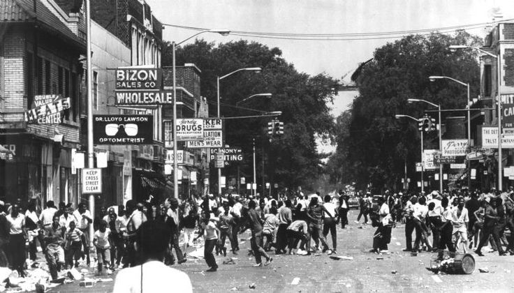 Crowds riot on 12th and Clairmount Streets on July 23, 1967, in Detroit. (The Detroit News)