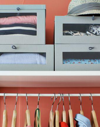 Detalle de unas cajas para zapatos HYFS encima de un estante de un sistema de armario abierto.