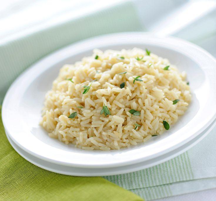 Scopri la ricetta base per preparare il riso pilaf, un metodo di cottura per assorbimento leggero e salutare, da sperimentare ai fornelli o con il forno!