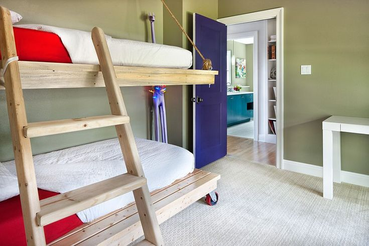 Оригинальная двухъярусная кровать с независимой нижней частью на колесах [Дизайн: CG
