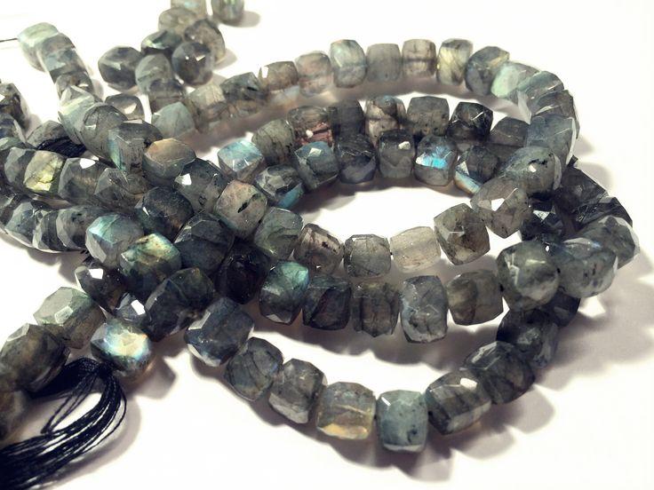 Labradorit, fasetterad kub ca 7mm - Millefiori - Pärlor och smyckestillbehör för din smyckestillverkning.