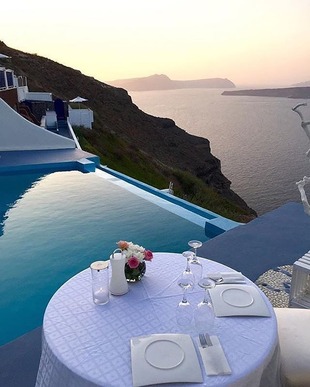 Dinner time in Santorini, who's with us? 🇬🇷 📷 @thegreeceguide