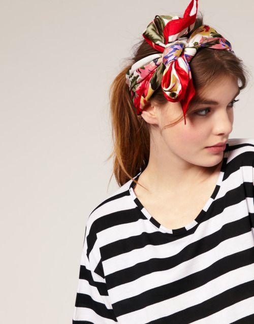 Un foulard tra i capelli annodato in mille modi diversi