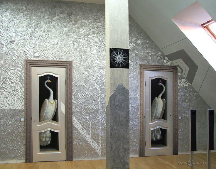рисунки на двери с белыми павлинами в венецианских масках