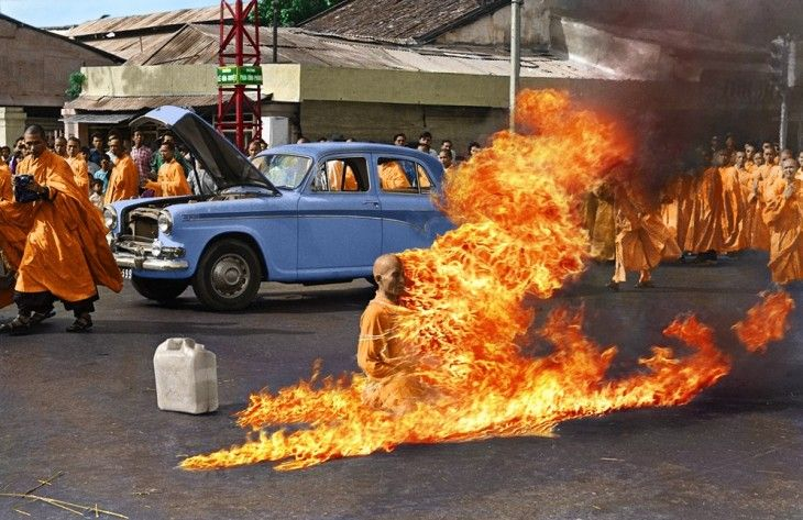 Thich Quang Duc prendiéndose fuego en protesta a la opresión a los practicantes del budismo: Es increíble ver cómo este monje no solo se prende fuego, sino que también se queda sentado en su posición de meditación como si fuese inmune al dolor.