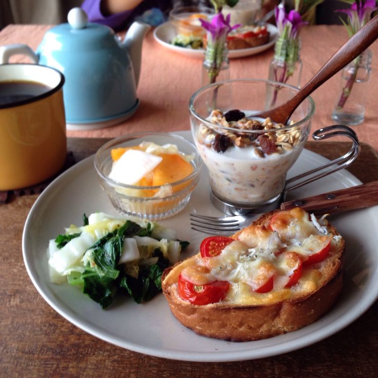 朝ごはん。hot granola, white bite and tomato cheese toast, and etc.