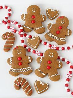 Recette de Noël / Christmas recipe : Sablés gingerbread décorés rouges et blancs.