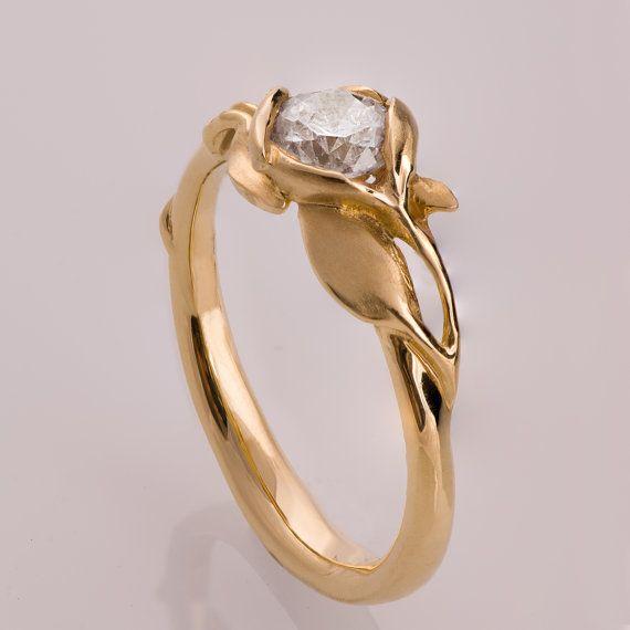 Ein durchscheinender Diamant vervollständigt die Optik des Rings. Jeder andere Steinbesatz ist möglich, kontaktieren sie mich.    Diamant -    Farbe - G  Reinheit - SI    Wenn sie sich für diesen Ring entscheiden suchen sie wahrscheinlich nach etwas Unverwechselbarem.  Für die Herstellung meiner Verlobungsringe verwende ich nur 100% recyceltes Gold und zertifizierte Diamanten höchster Qualität.  Ich bin mir sicher, dass sie auf der Suche nach dem passenden Ring auf viele sich ähnelnde…