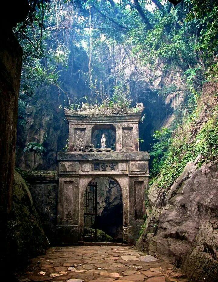 Huyen Khong grotto, marble mountains, Vietnam