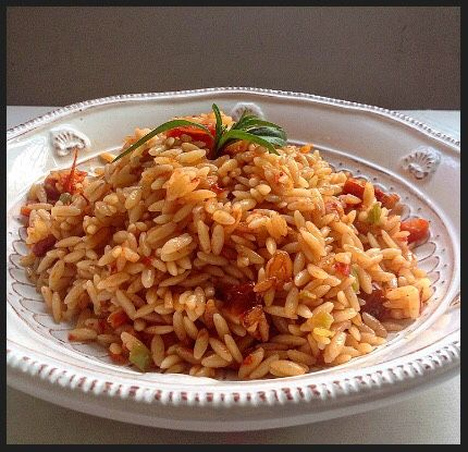 Merhaba, Domatesli arpa şehriye pilavını çok severim ama nedense pirinç pilavı veya bulgur pilavı yaptığım sıklıkla yapmıyorum. Her yediğim...