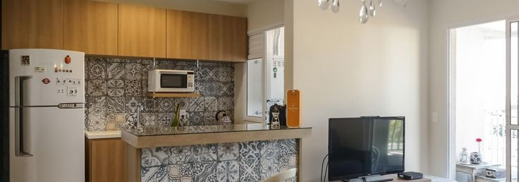 Cozinha americana com geladeira Branca de Cozinha de Fernanda Duarte - Viva Decora