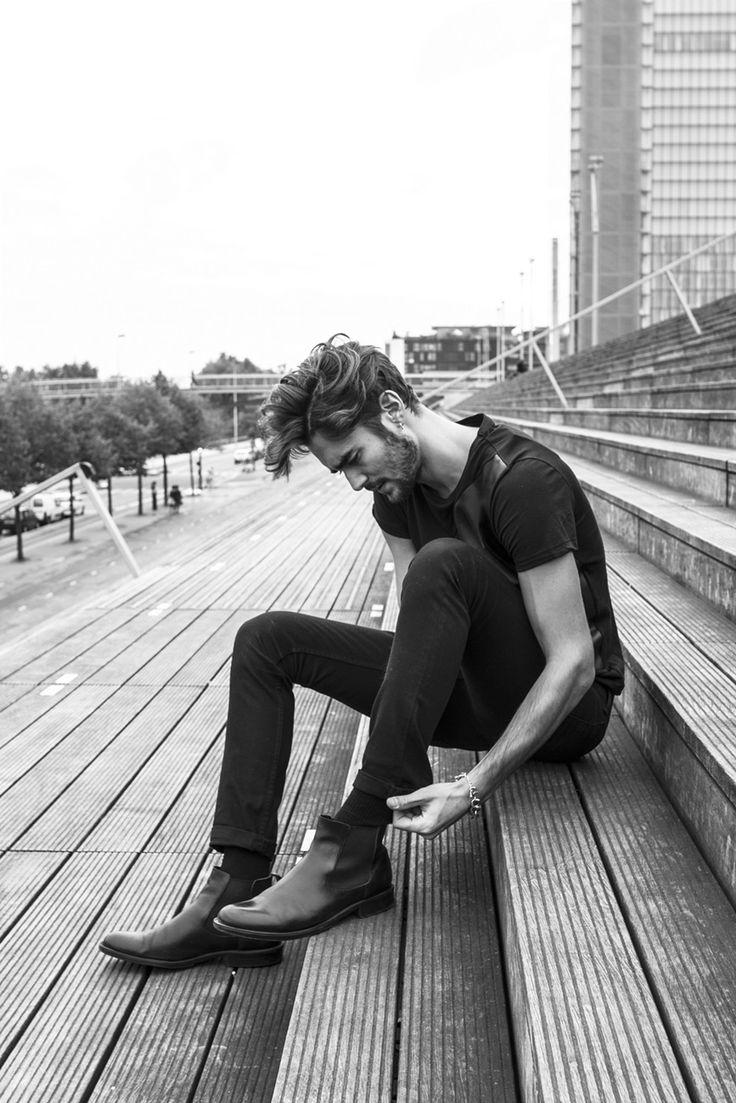 Chelsea boots noires portées avec un jeans slim et un t-shirt noir #style #menstyle #menswear #boots #chelseaboots #denim #jeans #slim #rock #streetstyle #look #mode #homme #chaussures