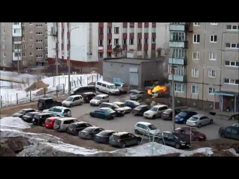 Горит машина в тесном дворе Мурманск