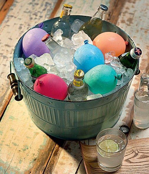 Estes balões não são para fazer guerra de bexiga de água. São bolsas de gelo coloridas para deixar seu cooler de bebidas no maior clima de festa. Só não dá para ter pressa: como a quantidade de líquido é razoável, leva um bom tempo para congelar. Foto: Revista Casa e Jardim