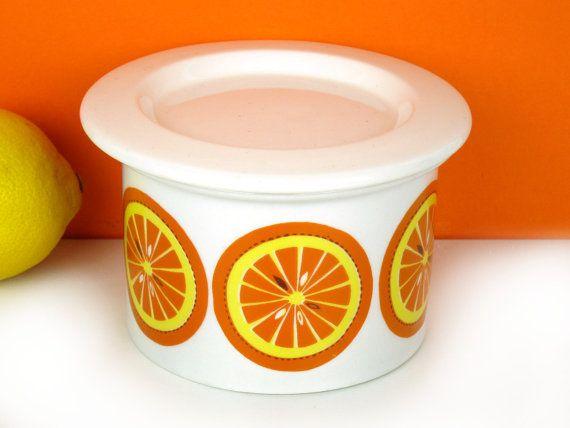 This colorful jar with sliced orange print was made by Arabia Finland in 1969. The jar was designed by Ulla Procope, the Pomona series - of which this orange print is a part - by Raija Uosikkinen (hunterskitchen.etsy.com).