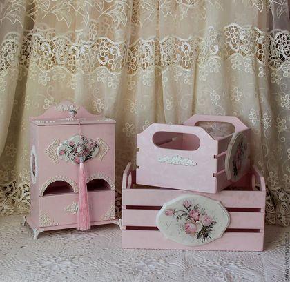 Купить или заказать Чайный буфет шебби-шик   ' Розовый сад' в интернет-магазине на Ярмарке Мастеров. Для любителей 'Чистых работ' Красивый, удобный , вместительный. довольно большой комодик ручной работы для чайных пакетиков и сладостей. Декорирован в технике декупаж, украшен декоративными элементами ручной работы, ручки так же декорированы и имитируют фарфор, кисть с бусиной ручной работы снимается. Фон имитирует жаккардовую ткань. Покрыта множественными слоями лака, финишное...