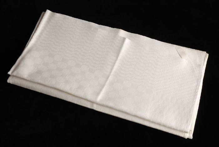 Vierkante handdoek van wit linnen damast in een pellenpatroon
