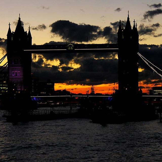 That time when the #TowerBridge had one tower off. A few minutes later they restored the power, but I have this cool picture anyway. . . . #travelstoke #fotografiaunited #TravelBlog #travelstoke #MatadorN #lonelyplanet #huffpostgram #Canonphotography #GozandoEstoy #serialtraveler #iamtb  #theurbanshutter #seekcaptureshare