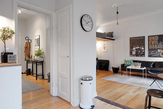 Dit Scandinavische voorbeeld toont hoe een vijftal plaatsbesparende ingrepen in een interieur het leven in een kleine ruimte aangenamer kunnen maken.